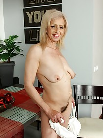 Wrinkly-ass blonde with saggy tits shows her hairy pussy on camera