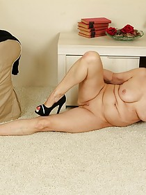 Thick-ass brunette GILF showing off her naked body on the floor